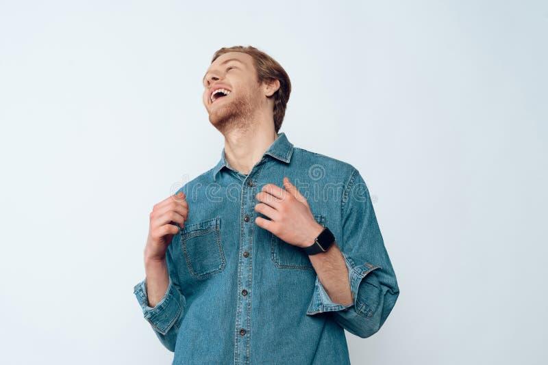Portrait de jeune Guy Laughing barbu attirant photographie stock