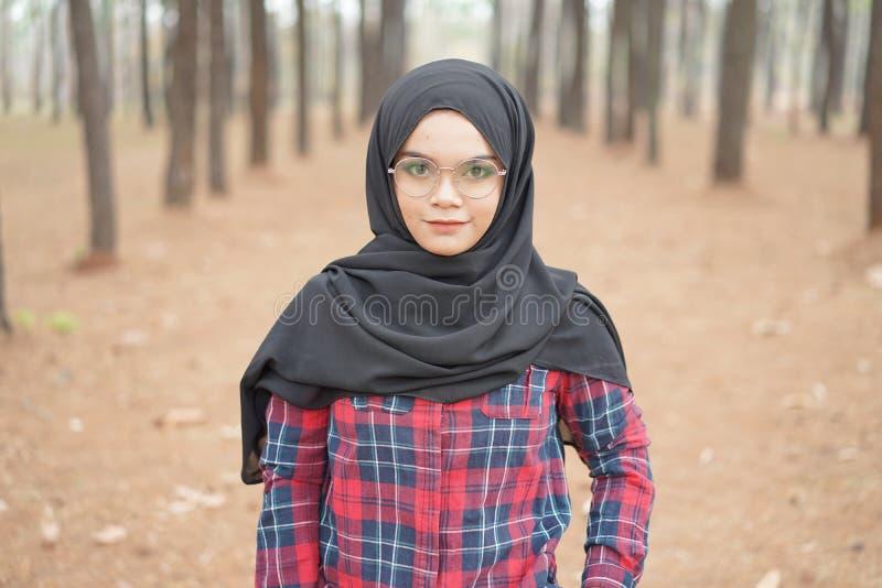 Portrait de jeune hijab musulman heureux de noir de femme et de chemise écossaise photos libres de droits