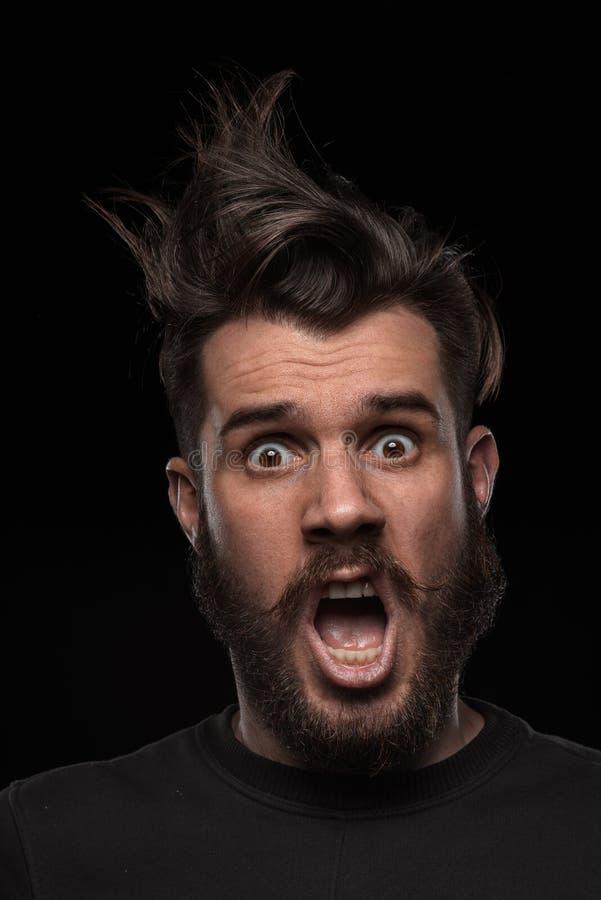 Portrait de jeune homme ébouriffé dans le studio images stock