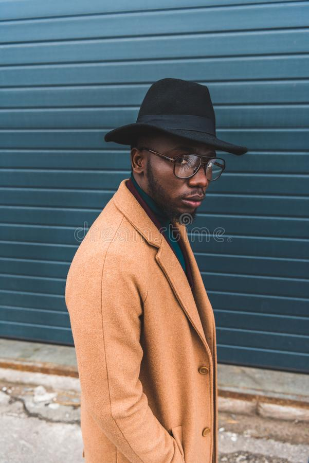 portrait de jeune homme élégant d'afro-américain image stock