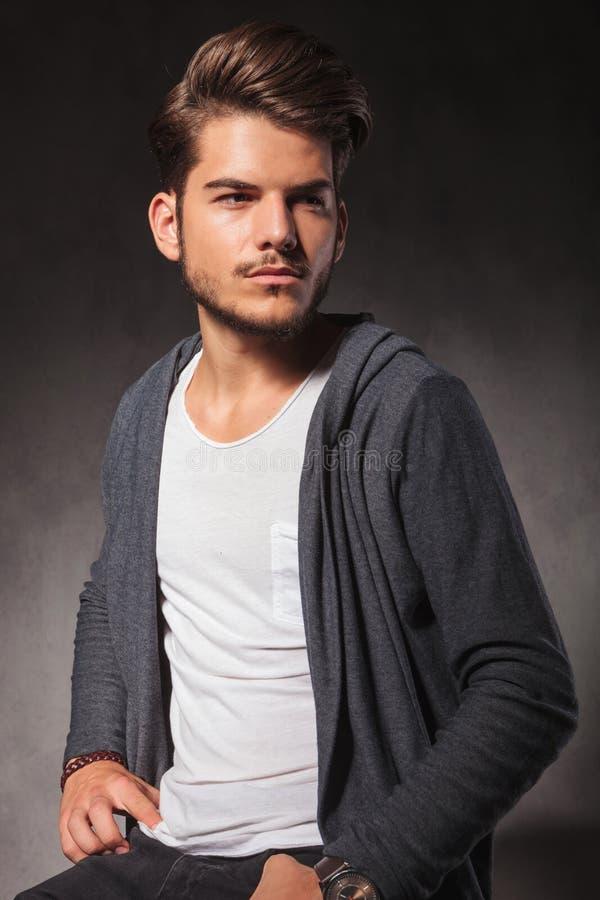 Portrait de jeune homme élégant posant dans le studio tout en se reposant photo libre de droits