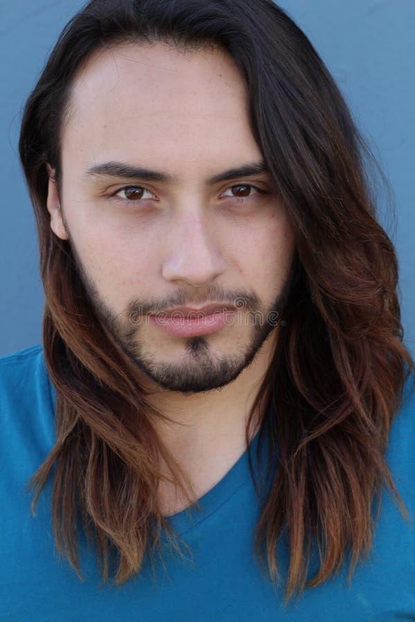 Portrait de jeune homme avec de longs cheveux images stock