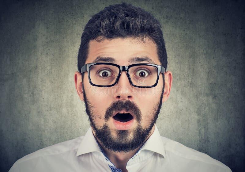 Portrait de jeune homme avec l'expression choquée de visage image stock