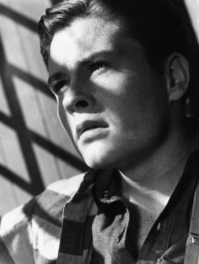 Portrait de jeune homme avec l'ombre des barres (toutes les personnes représentées ne sont pas plus long vivantes et aucun domain image libre de droits