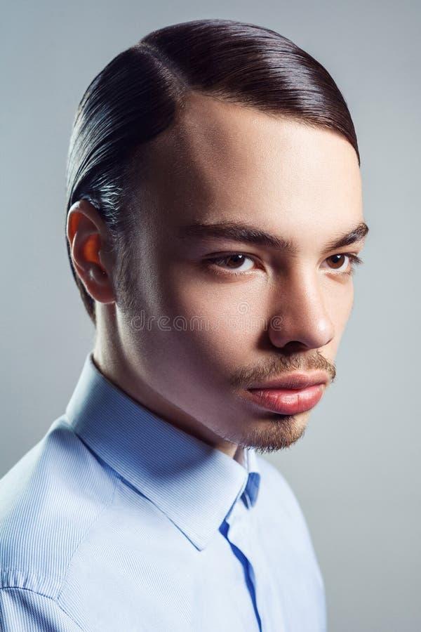portrait de jeune homme avec la r tro coiffure classique image stock image du l gance coupe. Black Bedroom Furniture Sets. Home Design Ideas