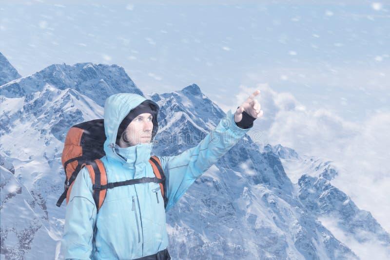 Portrait de jeune homme aventureux sur pr?ciser de vue sup?rieure de montagne d'hiver image stock