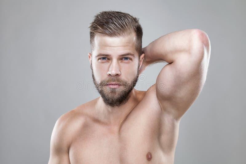 Portrait de jeune homme barbu avec une nouvelle coupe de cheveux images stock