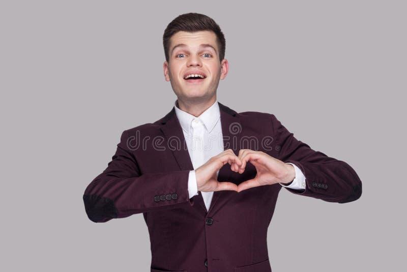 Portrait de jeune homme beau drôle heureux dans le costume et le wh violets photographie stock