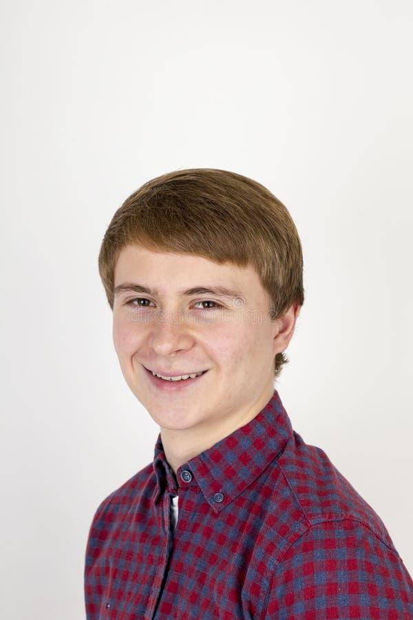 Portrait de jeune homme beau heureux sur le fond blanc photographie stock