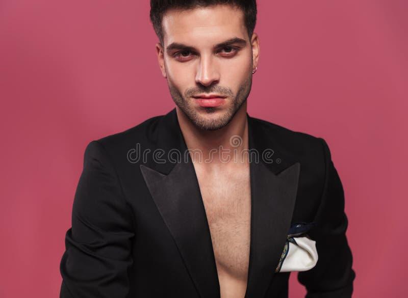 Portrait de jeune homme beau utilisant un smoking noir défait photos libres de droits