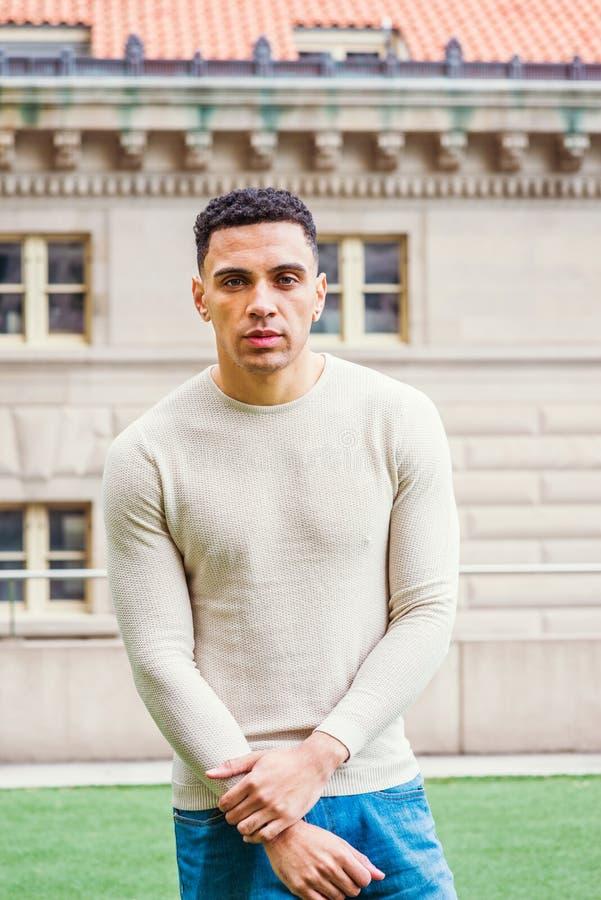 Portrait de jeune homme bel de métis à New York, photo libre de droits
