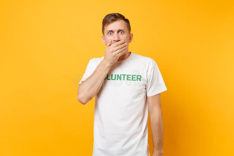 Portrait de jeune homme choqué étonné d'amusement dans le T-shirt blanc avec le volontaire écrit de titre de vert d'inscription d photos libres de droits