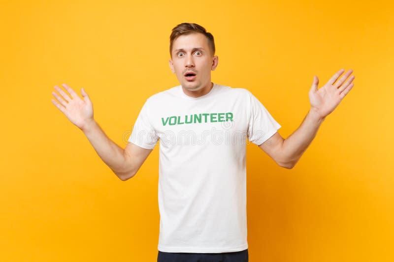 Portrait de jeune homme choqué étonné d'amusement dans le T-shirt blanc avec le volontaire écrit de titre de vert d'inscription d image libre de droits