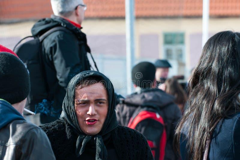 Portrait de jeune homme, déguisé dans les femmes gitanes photo libre de droits