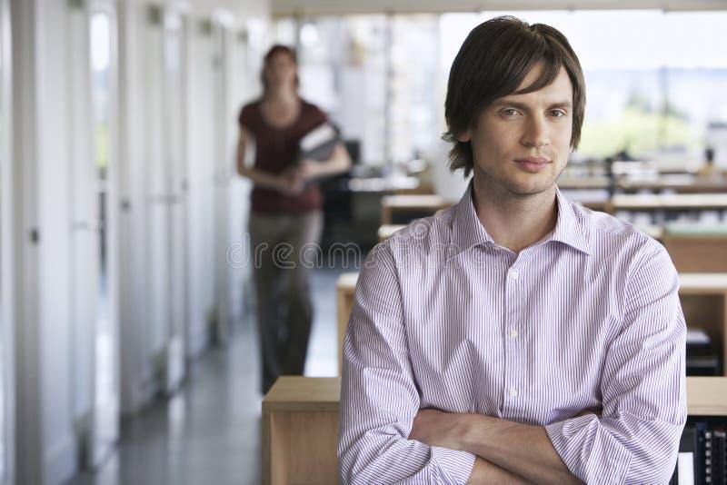 Portrait de jeune homme d'affaires images stock