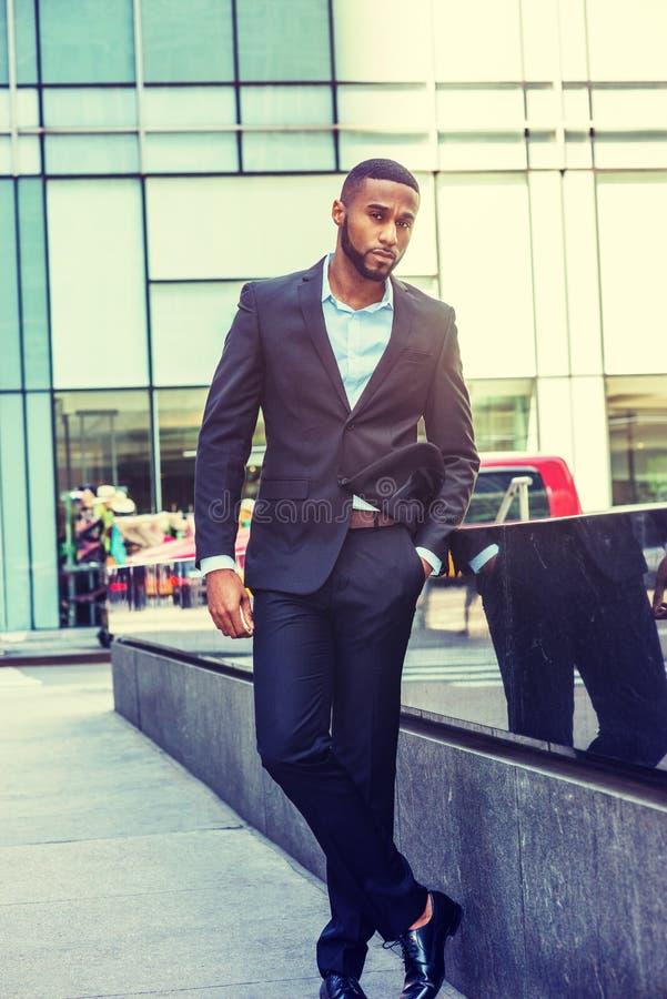 Portrait de jeune homme d'affaires d'Afro-américain à New York photo stock
