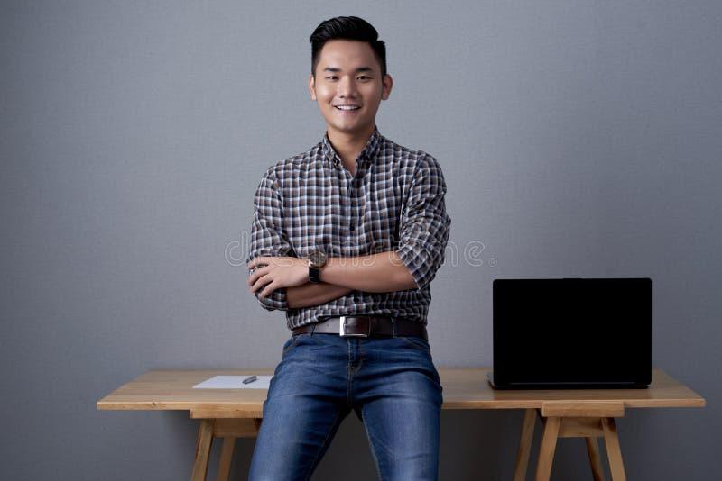 Portrait de jeune homme d'affaires asiatique photos stock