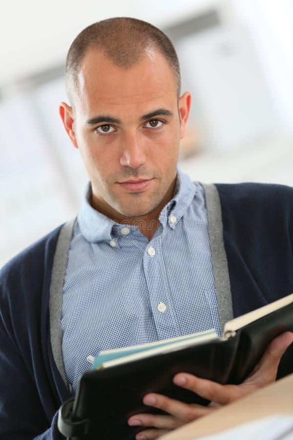 Portrait de jeune homme d'affaires avec l'ordre du jour photo libre de droits
