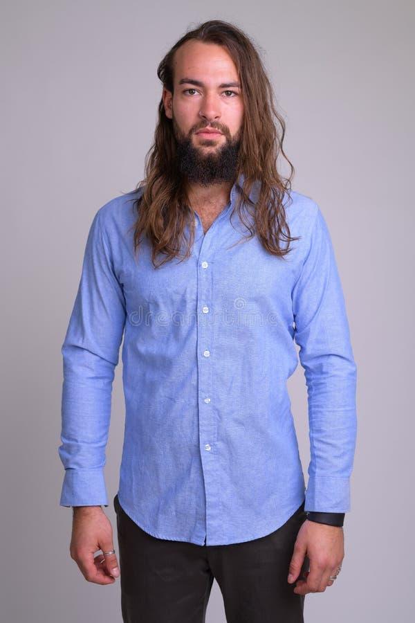 Portrait de jeune homme d'affaires barbu bel avec de longs cheveux photos libres de droits