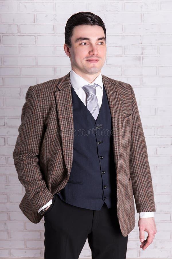 Portrait de jeune homme d'affaires posant au-dessus du mur blanc photos libres de droits