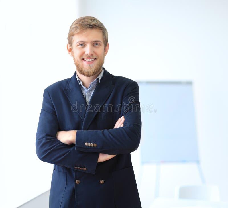 Portrait de jeune homme d'affaires réussi dans le bureau photographie stock