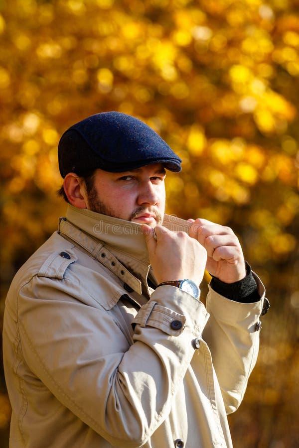 Portrait de jeune homme dans la forêt d'automne image libre de droits
