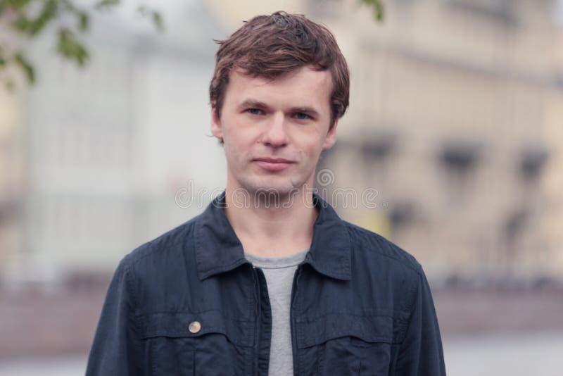 Portrait de jeune homme dans la ville de St Petersburg image stock