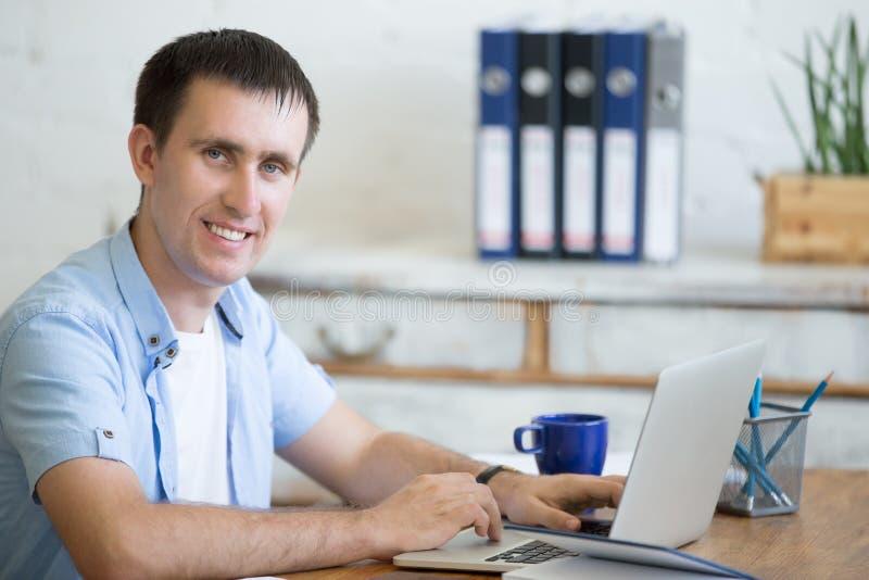 Portrait de jeune homme de bureau photo stock