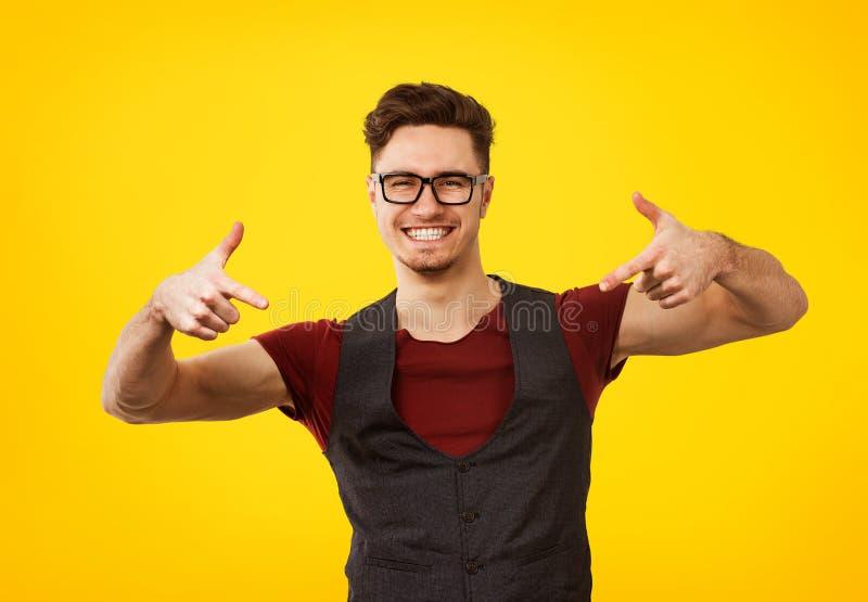 Portrait de jeune homme en équipement élégant et verres frais posant expressivement photographie stock libre de droits