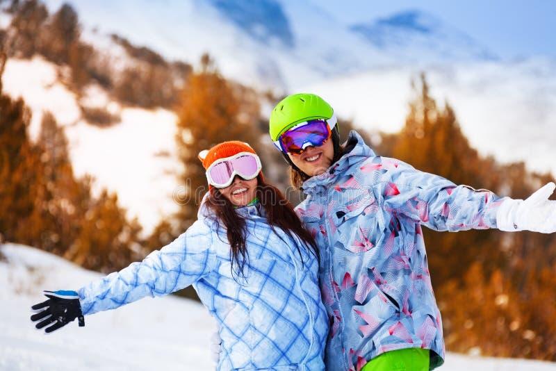 Portrait de jeune homme et de femme dans des masques de ski images stock
