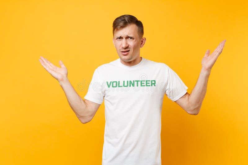 Portrait de jeune homme irrité contrarié dans le T-shirt blanc avec le volontaire écrit de titre de vert d'inscription d'isolemen photos stock