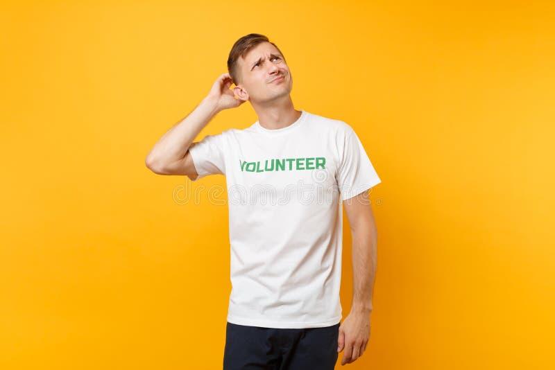 Portrait de jeune homme irrité contrarié dans le T-shirt blanc avec le volontaire écrit de titre de vert d'inscription d'isolemen photo stock