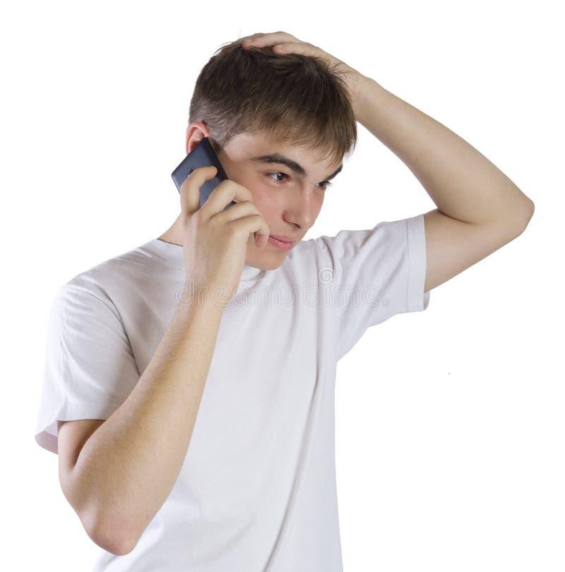 Portrait de jeune homme parlant à un téléphone photo libre de droits