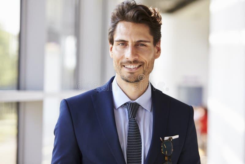 Portrait de jeune homme professionnel de sourire dans le costume photos stock