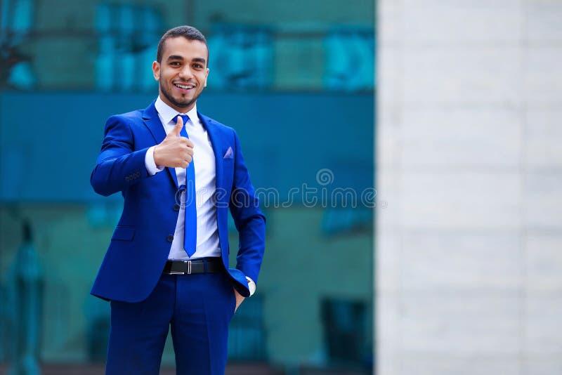 Portrait de jeune homme sûr, position réussie d'homme d'affaires image libre de droits