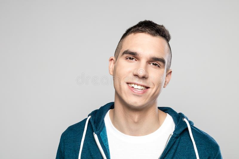 Portrait de jeune homme de sourire dans le hoodie images stock