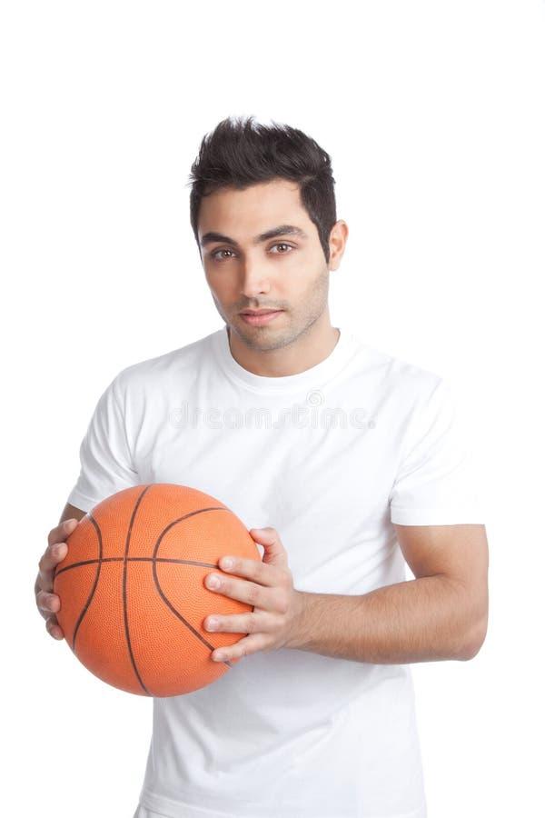 Portrait de jeune homme tenant le basket-ball image libre de droits