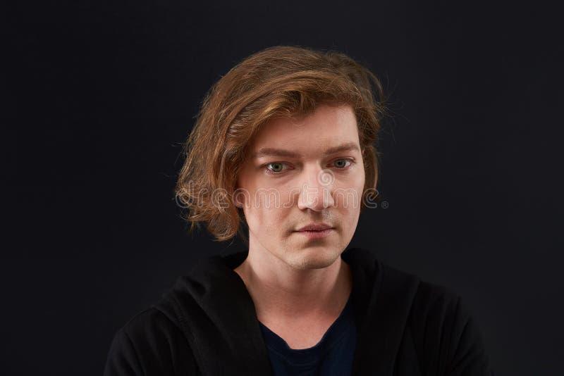 Portrait de jeune homme triste d'isolement sur le fond noir homme caucasien déprimé image libre de droits