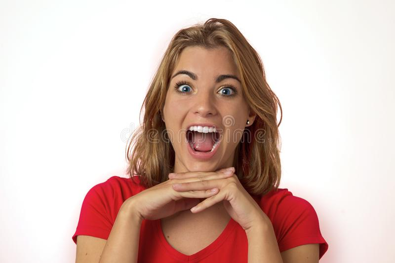 Portrait de jeune jolie et attirante fille caucasienne blonde avec de beaux yeux bleus sur son 20s excité et heureux avec la bouc photographie stock