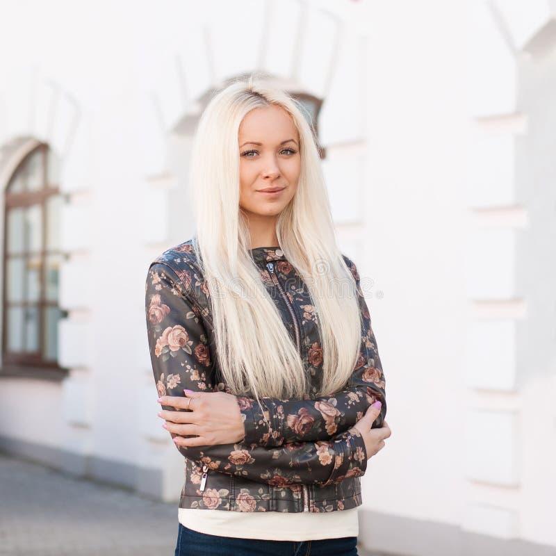 Portrait de jeune jolie femme avec les poils blonds Les supports s'approchent des Bu images libres de droits
