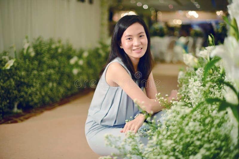 Portrait de jeune mariée asiatique dans la cérémonie de mariage dans le hall photo stock