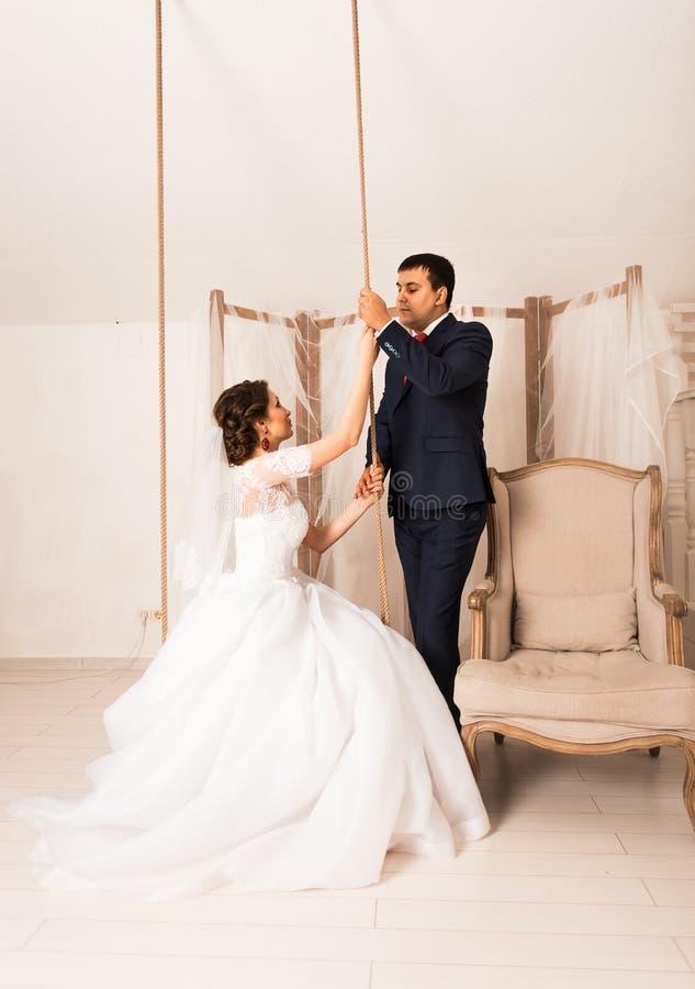 Portrait de jeune mariée caucasienne et de marié asiatique à l'intérieur photo stock