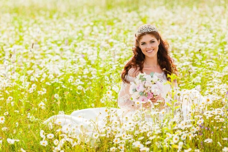 Portrait de jeune mariée dans un domaine avec des camomilles image libre de droits