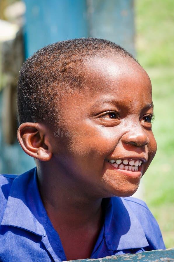 Portrait de jeune rire africain non identifié de garçon image stock