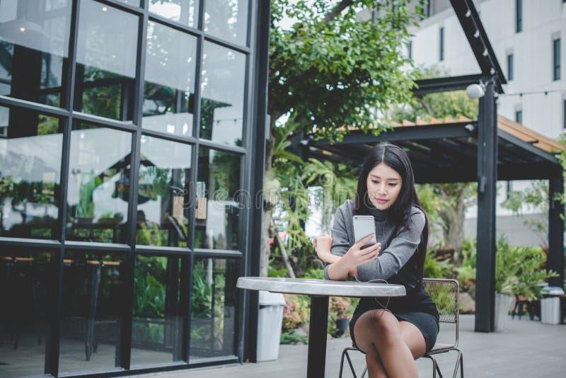 Portrait de jeune téléphone portable d'utilisation de femme d'affaires tout en reposant I photos libres de droits