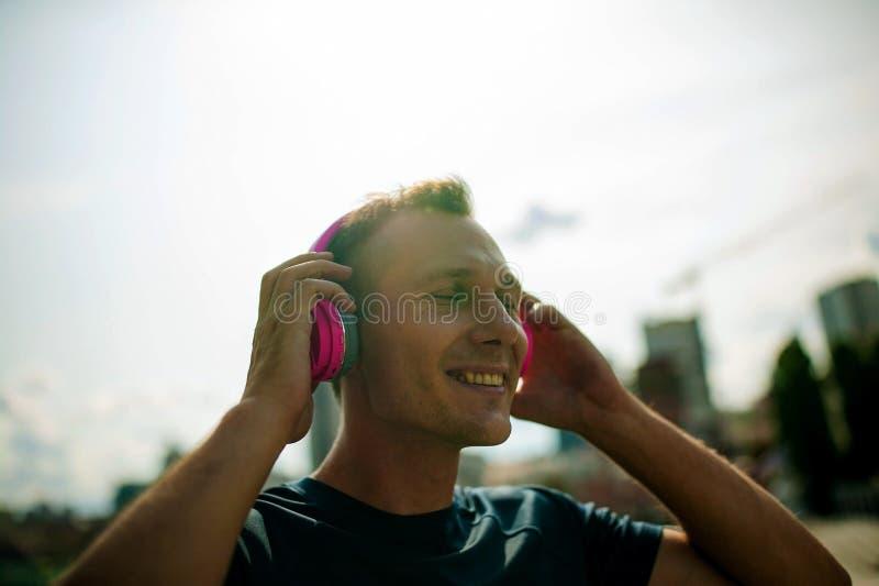 Portrait de jeune temps de dépense de type dehors et exprimant des émotions positives photographie stock libre de droits