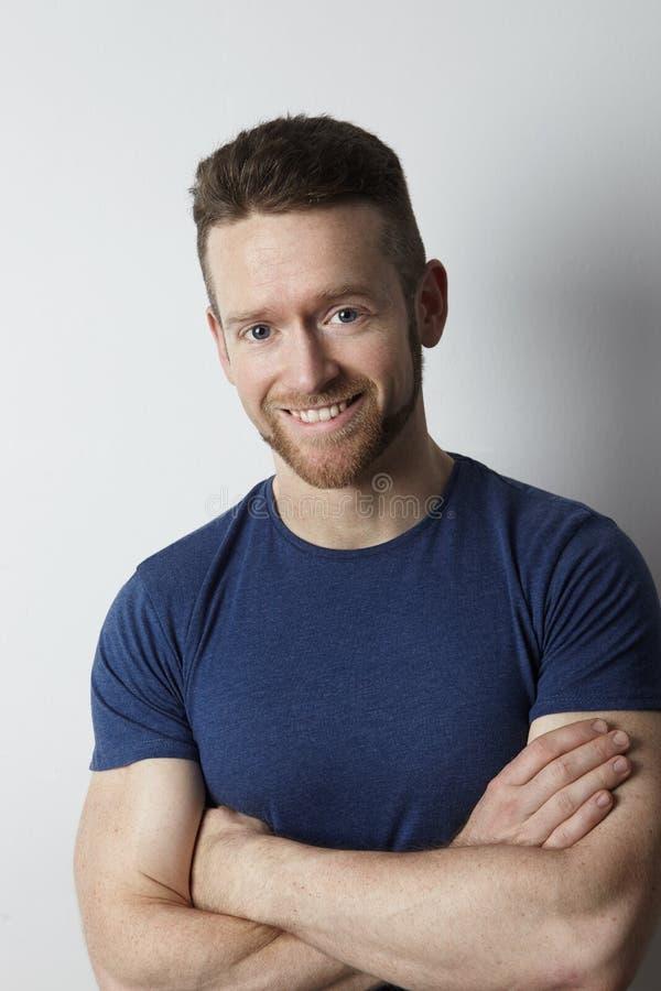 Portrait de jeune type frais avec la barbe photo stock