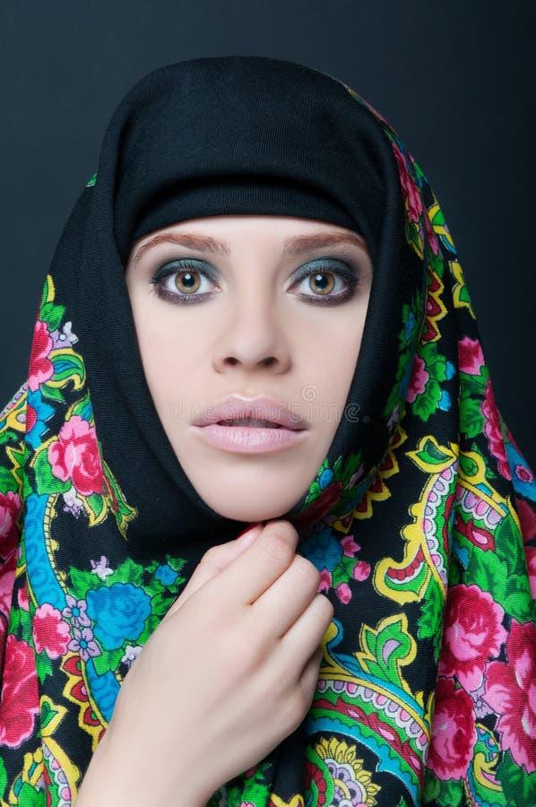Portrait de jeune withscarf femelle photographie stock libre de droits