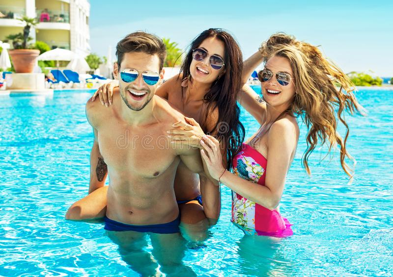 Portrait de jeunes amis dans la piscine images libres de droits