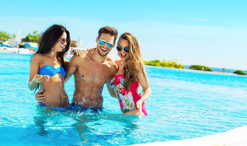 Portrait de jeunes amis dans la piscine photos stock